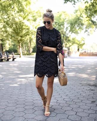 Comment porter: robe droite en broderie anglaise noire, sandales à talons en daim beiges, pochette de paille marron clair