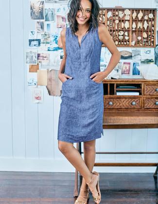 Comment porter: robe droite en chambray bleue, sandales spartiates en cuir marron clair