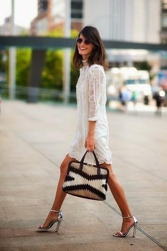 Comment porter des sandales à talons en cuir argentées: Porte une robe droite en dentelle blanche pour prendre un verre après le travail. Une paire de des sandales à talons en cuir argentées est une option parfait pour complèter cette tenue.