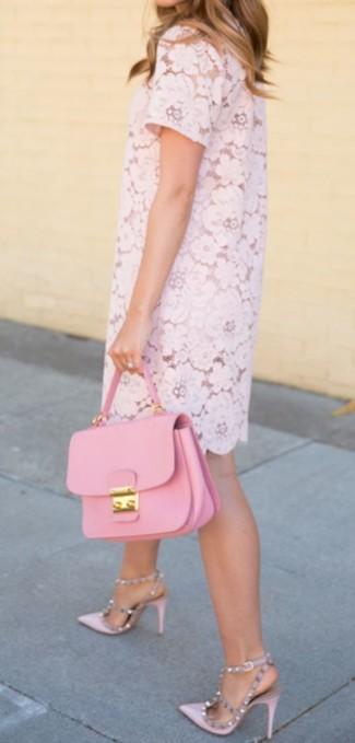 Comment porter un cartable en cuir rose: Pense à marier une robe droite en dentelle rose avec un cartable en cuir rose pour un look idéal le week-end. Termine ce look avec une paire de des escarpins en cuir roses.