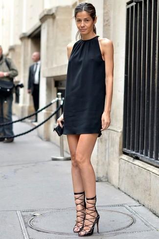 Comment porter: robe droite en soie noire, sandales à talons en daim à clous noires, pochette en cuir matelassée noire