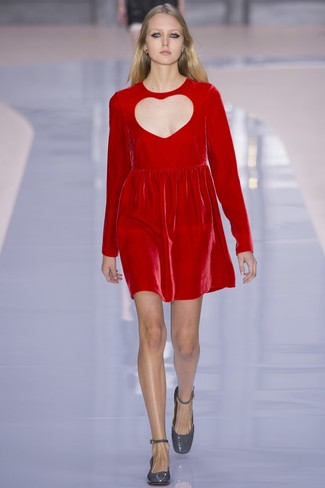 Comment porter: robe droite en velours rouge, escarpins en cuir gris