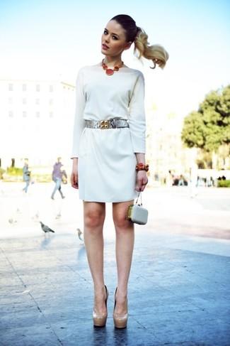 Opte pour un look sophistiqué avec une robe droite blanche. Assortis ce look avec une paire de des escarpins en cuir beiges.