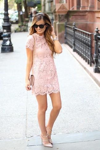 Comment porter des escarpins en cuir beiges: Pense à porter une robe droite en dentelle rose pour se sentir en toute confiance et être à la mode. Termine ce look avec une paire de des escarpins en cuir beiges.