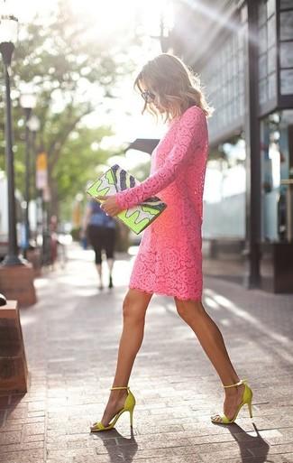 Comment porter: robe droite en dentelle fuchsia, sandales à talons en daim chartreuses, pochette en cuir imprimée chartreuse, lunettes de soleil noires