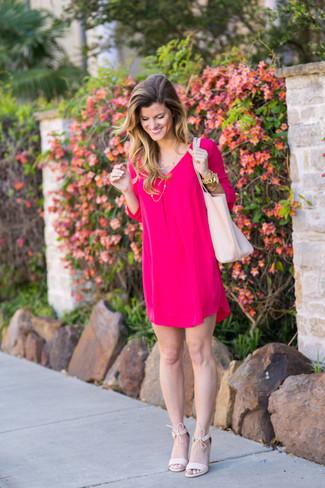 Tendances mode femmes: Choisis une robe droite fuchsia pour créer un look chic et décontracté. Cette tenue est parfait avec une paire de des sandales à talons en daim roses.