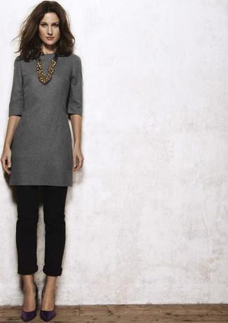 Comment porter: robe droite gris foncé, pantalon chino noir, escarpins en cuir violets, collier doré