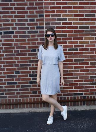Comment porter: robe droite grise, baskets basses blanches, lunettes de soleil noires