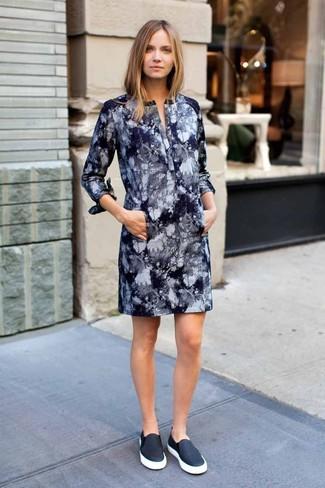 Comment porter: robe droite imprimé tie-dye bleu marine, baskets à enfiler en cuir noires