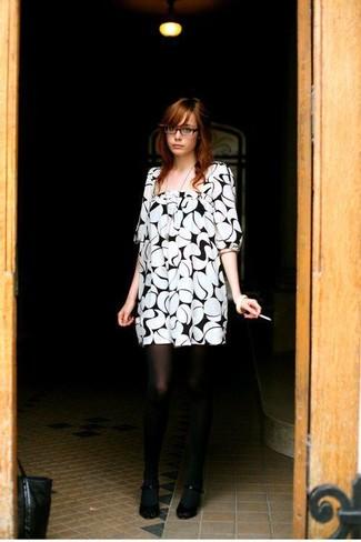 Comment porter: robe droite imprimée blanche et noire, escarpins noirs, collants noirs