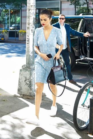 spécial chaussure meilleur fournisseur beau lustre Tenue: Robe droite imprimée bleu clair, Baskets basses ...