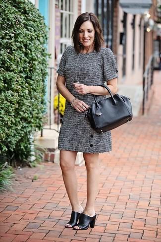 """Comment porter un bracelet argenté: Si tu es une fille plutôt """"jean t-shirt"""", tu vas aimer le combo simple d'une robe droite en tweed grise et d'un bracelet argenté. Choisis une paire de des mules en cuir noires pour afficher ton expertise vestimentaire."""