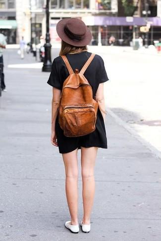 Comment porter: robe droite noire, ballerines en cuir blanches, sac à dos en cuir tabac, chapeau en laine marron foncé