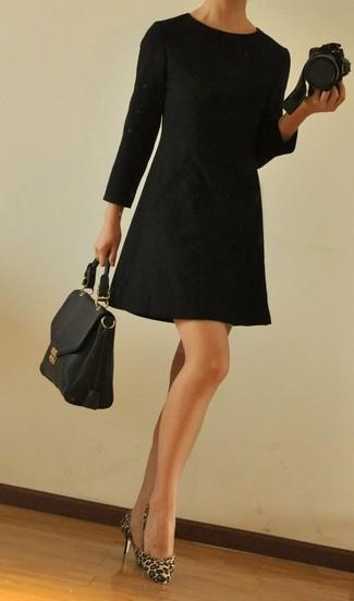 Comment porter: robe droite noire, escarpins en poils de veau imprimés léopard marron clair, cartable en cuir noir