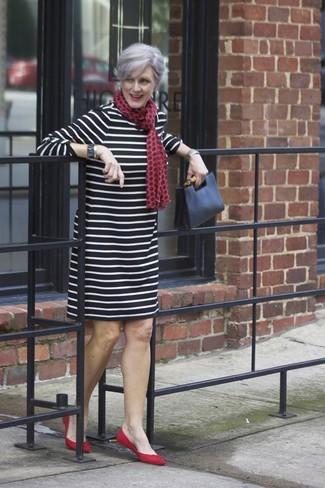 Comment porter des chaussures plates rouges: Choisis une robe droite à rayures horizontales noire et blanche pour un déjeuner le dimanche entre amies. Mélange les styles en portant une paire de des chaussures plates rouges.