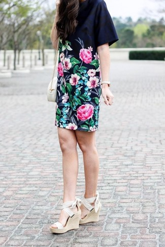 Comment porter: robe droite à fleurs noire, sandales compensées élastiques beiges, sac bandoulière en cuir blanc, montre dorée
