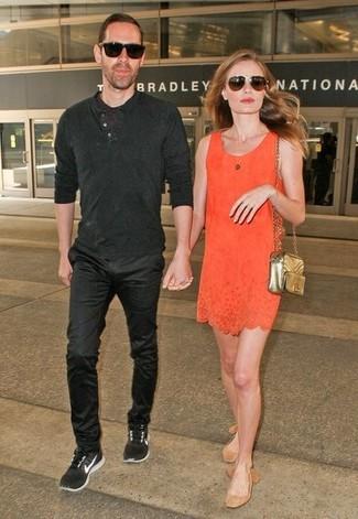 Comment porter: robe droite orange, ballerines en daim marron clair, sac bandoulière en cuir matelassé doré, lunettes de soleil marron foncé