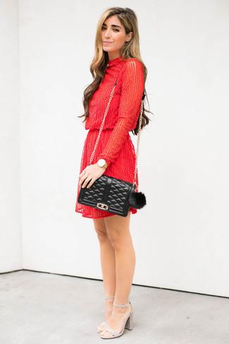 Comment porter: robe droite ornée de perles rouge, sandales à talons en daim grises, sac bandoulière en cuir matelassé noir