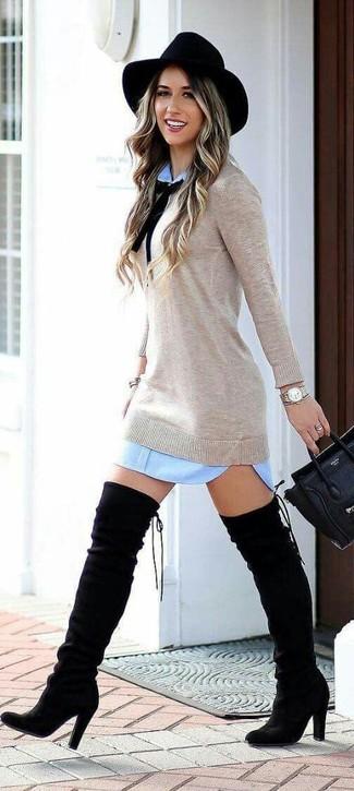Comment porter: robe droite bleu clair, robe-pull beige, cuissardes en daim noires, cartable en cuir noir