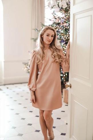 Choisis une robe droite rose pour se sentir en toute confiance et être à la mode. Assortis ce look avec une paire de des sandales à talons en cuir à clous beiges.