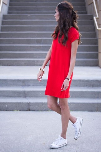 Comment porter: robe droite rouge, baskets basses en toile blanches, bracelet blanc