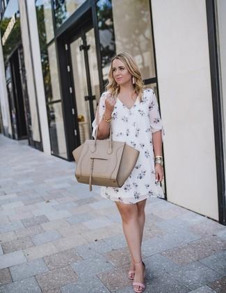 Comment porter: robe droite à fleurs blanche, sandales à talons en cuir roses, sac fourre-tout en cuir beige, bracelet doré