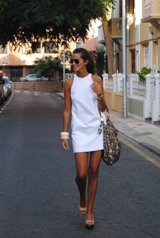 Comment porter: robe droite blanche, sandales compensées en cuir beiges, sac fourre-tout en cuir imprimé serpent gris, lunettes de soleil noires