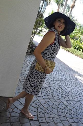 Comment porter: robe droite imprimée bleu marine, tongs dorées, pochette de paille marron clair, chapeau de paille bleu marine