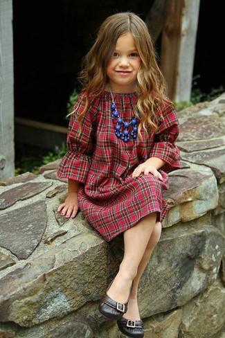 Comment porter: robe écossaise rouge, ballerines marron foncé, collier bleu