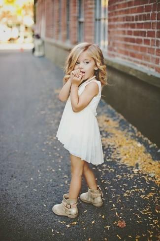 Comment porter: robe en chiffon blanche, bottes dorées