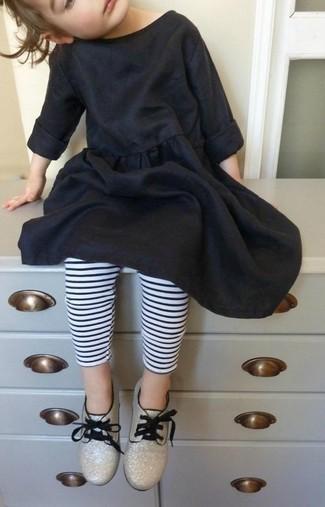 Comment porter: robe en coton noire, leggings à rayures horizontales blancs et noirs, chaussures richelieu dorées