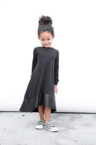 Comment porter: robe en cuir noire, baskets grises