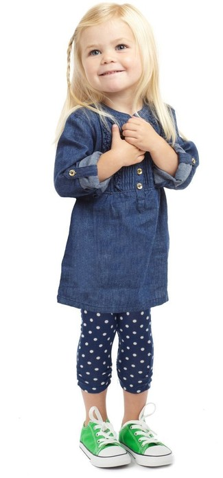 Comment porter: robe en denim bleu marine, leggings á pois bleu marine, baskets vertes