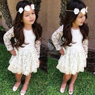 Comment porter: robe en dentelle blanche, ballerines roses
