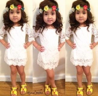 Comment porter: robe en dentelle blanche, sandales jaunes