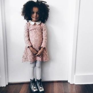 Comment porter: robe en dentelle rose, leggings blancs, bottes argentées