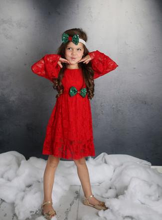 Comment porter: robe en dentelle rouge, sandales dorées, bandeau vert