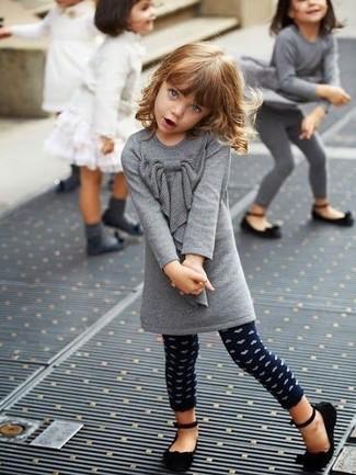 Comment porter: robe en laine grise, leggings á pois bleu marine, ballerines noires