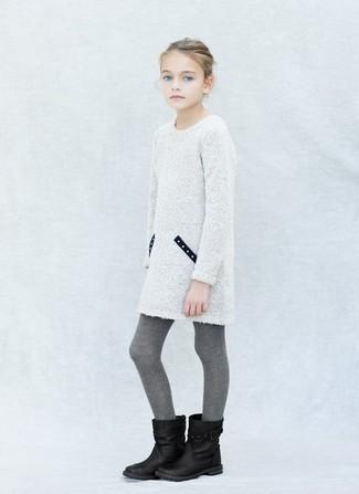 Comment porter: robe en tricot blanche, bottes noires, collants gris