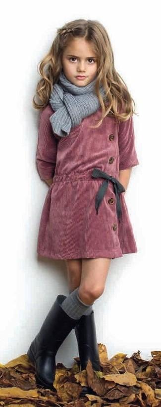 Comment porter: robe en velours côtelé rouge, bottes de pluie noires, écharpe grise