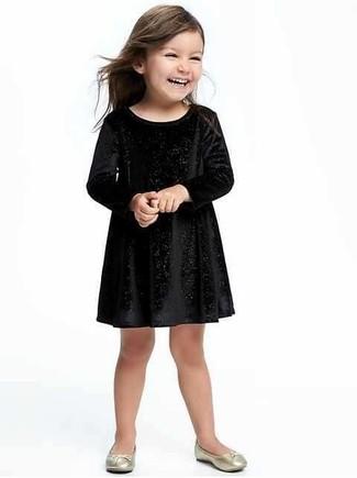 Comment porter: robe en velours noire, ballerines dorées