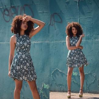 Comment porter: robe évasée à fleurs bleu marine et blanc, sandales à talons en cuir dorées