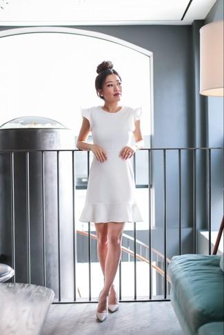 Comment porter des escarpins en cuir beiges: Pense à opter pour une robe évasée à volants blanche pour dégager classe et sophistication. Cette tenue est parfait avec une paire de des escarpins en cuir beiges.