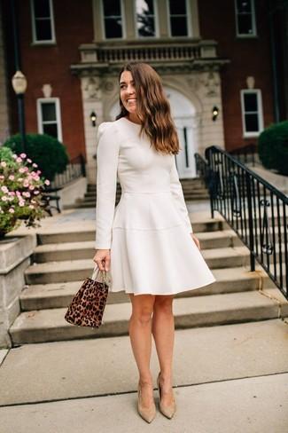 Comment porter des escarpins en daim marron clair: Opte pour une robe évasée beige pour dégager classe et sophistication. Assortis ce look avec une paire de des escarpins en daim marron clair.