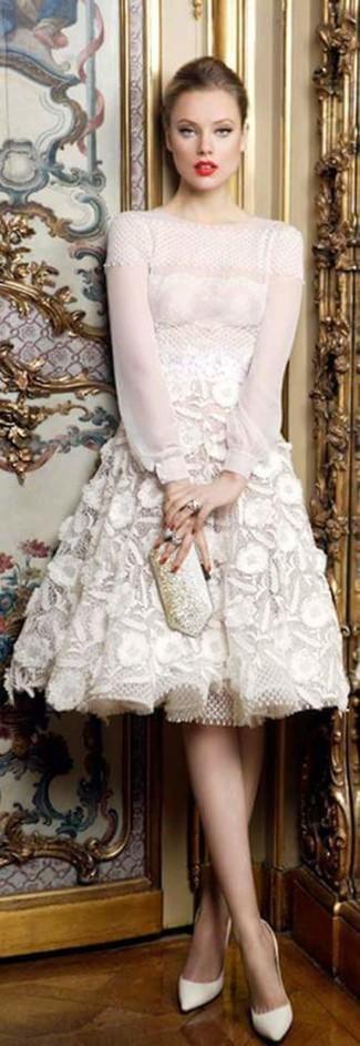 Comment porter: robe évasée en dentelle blanche, escarpins en cuir blancs, pochette ornée argentée, bague argentée