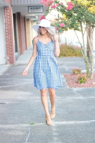Comment porter: robe évasée en vichy bleu clair, sandales à talons en daim beiges, chapeau de paille blanc, bracelet blanc