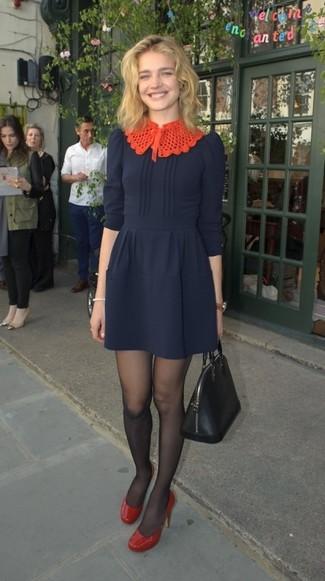 Comment porter: robe évasée bleu marine, escarpins en cuir rouges, sac fourre-tout en cuir noir, collants noirs