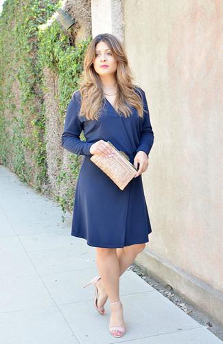 Comment porter: robe évasée bleu marine, sandales à talons en cuir beiges, pochette pailletée beige