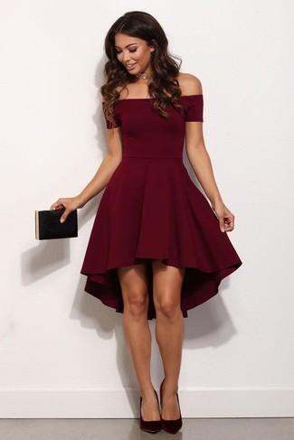 Comment porter: robe évasée bordeaux, escarpins en daim bordeaux, pochette noire, collier ras de cou doré