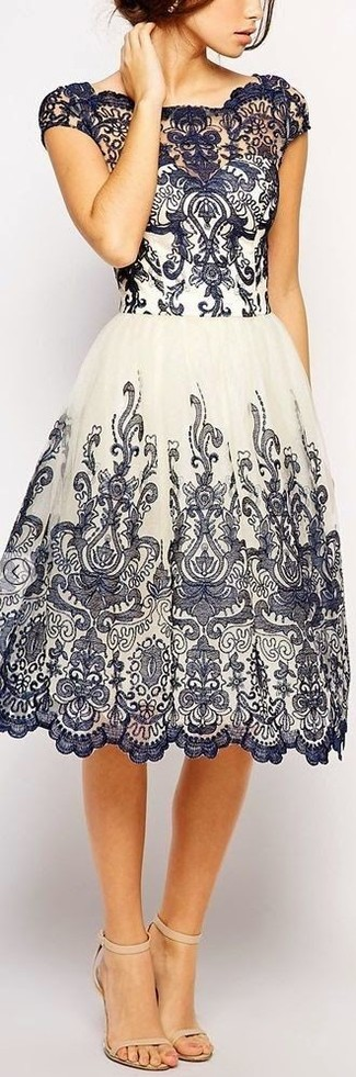 Comment porter: robe évasée en dentelle bleu marine et blanc, sandales à talons en cuir beiges